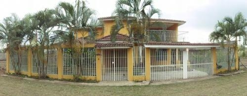Fotos de Vendo linda casa de 2 niveles con terraza ubicada en retalhuleu, guatemala 1