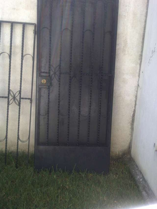 Fotos de puertas de metal pictures to pin on pinterest for Puertas de metal para casa