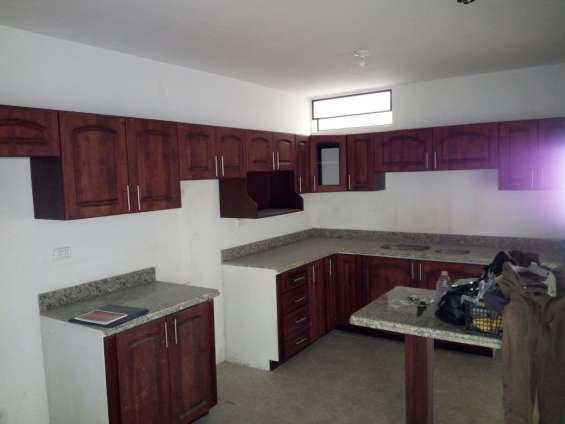 Gabinetes de cocina con puertas de madera sòlida de pino chileno y top de granito  color tiger skin