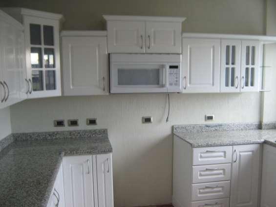 Gabinetes de cocina con puertas lacada de m.d.f y top de granito chino