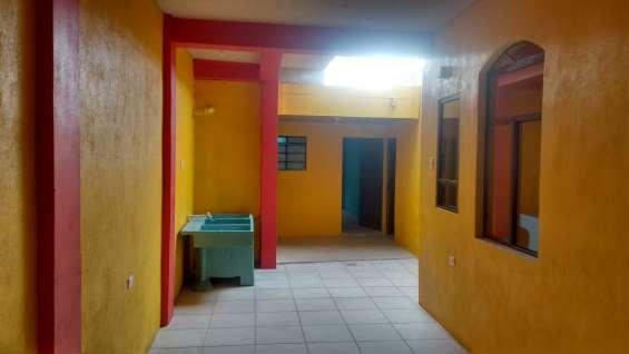 Garaje amplio con dirección a dos cuartos al fondo de la propiedad.