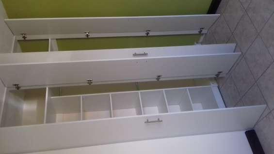Closet de melamina con puertas abatibles,