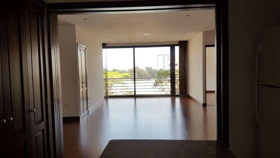 Moderno y acogedor apartamento en renta en edificio de zona 15