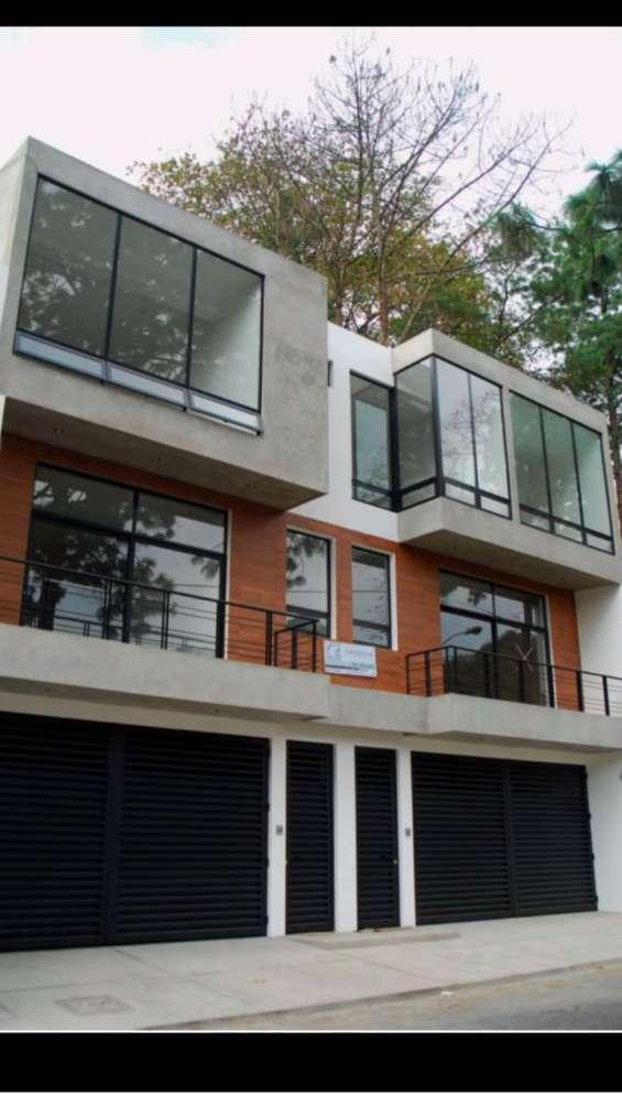 Rento bella casa de 3 niveles en oakland zona 10