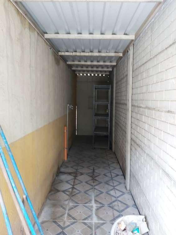 Casa de esquina. ingreso lateral